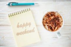 Sketchpad och en kopp av varm kakao Arkivbilder