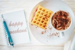 Sketchpad och en kopp av varm kakao Royaltyfria Bilder