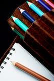 Sketchpad und farbige Bleistifte Stockfotografie