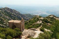Skete no pico de St Jerome perto de Montserrat Monastery fotos de stock