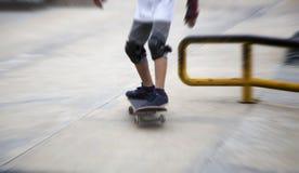 Sketeboard asiático de la práctica del muchacho en campo al aire libre Foto de archivo libre de regalías
