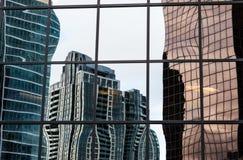 Skeva reflexioner av moderna glass byggnader Arkivfoton