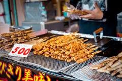 Skewered цыпленок, yakitori, arashiyama, Киото, Япония, предпосылка, магазин, улица, варя, кухня, закуска, традиционный, очень вк стоковые фото