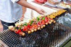 Skewered och grillat kött, grillfest Royaltyfria Bilder