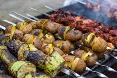 Skewered warzywa zucchini zielonych courgettes ogórkowi pieprze przygotowywa grilla grilla węgla drzewnego plasterków Piec na gri Fotografia Stock