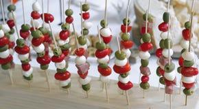 Skewers pomidory mozzarella i oliwki z baloney Zdjęcia Stock