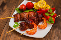 Skewers of smoked salmon on  with prawns and vegetables Royalty Free Stock Photos