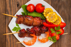 Skewers of smoked salmon on  with prawns and vegetables Stock Images