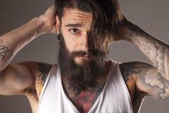 Skägg och tatueringar Arkivbild