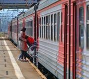 Skhodnya Rosja, Maj, - 09 2018 mężczyzna w wózku inwalidzkim wchodzić do pociąg Fotografia Royalty Free
