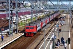 Skhodnya Rosja, Maj, - 09 2018 pociąg firma RZD przyjeżdża przy stacją zdjęcie royalty free