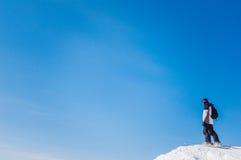 Skiër aan de bergkant Stock Foto's