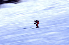 Skiër in actie stock fotografie
