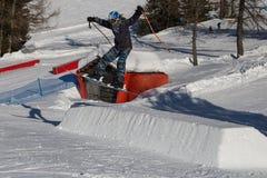 Skiër in Actie: Ski Jumping in de Berg Snowpark royalty-vrije stock afbeelding