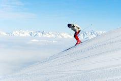 Skiër bergaf Stock Afbeelding