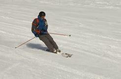 Skiër bij de helling Stock Foto's