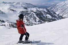 Skiër bij verbazende skitoevlucht Royalty-vrije Stock Foto