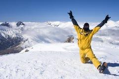 Skiër bovenop de berg Stock Afbeeldingen