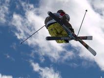 Skiër die halve pijp uitvoert Stock Afbeelding