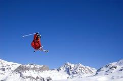 Skiër die hoog in de lucht springt Stock Foto's
