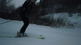 Skiër die onderaan de helling gaan stock videobeelden