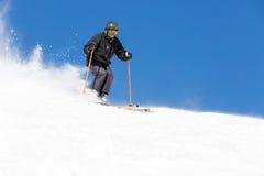 Skiër die op skihelling ski?en stock foto's