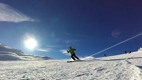 Skiër die pret op zonnige dag hebben