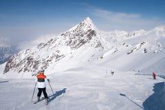 Skiër die voorbereidingen treffen te dalen Royalty-vrije Stock Afbeeldingen