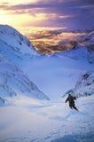 Skiër die zich onderaan Helling bewegen stock afbeeldingen