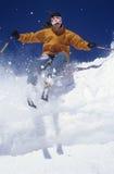 Skiër door Sneeuw tegen Blauwe Hemel stock afbeeldingen