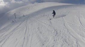 Skiër fakk neer op de sneeuw stock footage