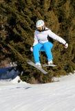 Skiër het springen Stock Foto's