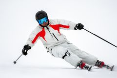 Skiër op helling in bergen royalty-vrije stock foto's