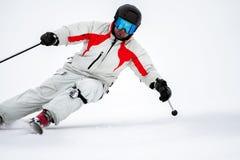 Skiër op helling in bergen stock afbeeldingen