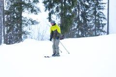 Skiër op helling bij toevlucht stock fotografie