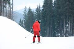 Skiër op helling bij toevlucht De winter stock afbeelding