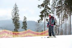Skiër op helling bij toevlucht, ruimte voor tekst De winter royalty-vrije stock afbeelding