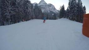 Skiër op piste die bergaf lopen stock footage
