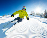Skiër op piste in hooggebergte Royalty-vrije Stock Foto's