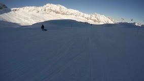 Skiër op piste, langzame motie stock videobeelden