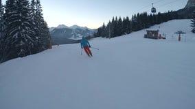 Skiër op piste, langzame motie stock video