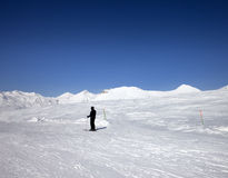 Skiër op skihelling bij zondag Stock Afbeelding