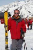 Skiër in rood Stock Fotografie