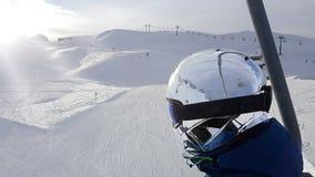 skiër, skihelling de sneeuw, de mensenachtergrond van het helmchroom Royalty-vrije Stock Afbeelding