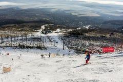 Skiër in zwarte Royalty-vrije Stock Afbeeldingen