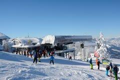 Skiërs bij helling en de skilift Stock Afbeelding