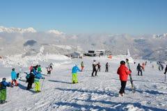 Skiërs bij helling en de skilift Stock Foto