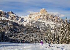 Skiërs bij Skitoevlucht van Selva di Val Gardena Royalty-vrije Stock Foto's
