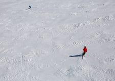 Skiërs in de helling stock afbeeldingen
