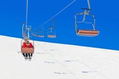 Skiërs in de hoeden van de Kerstmiskerstman bij het ski?en kuuroordstoeltjeslift stock fotografie